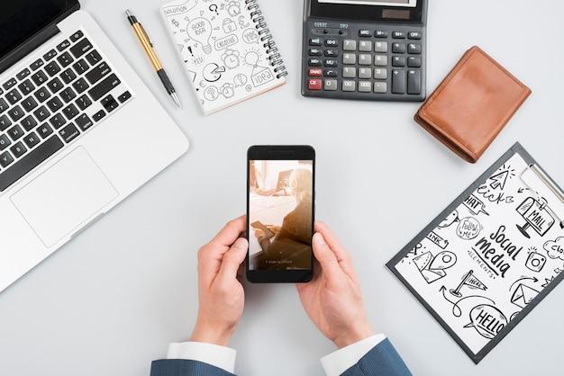 Maquete de smartphone no espaço de trabalho Psd grátis