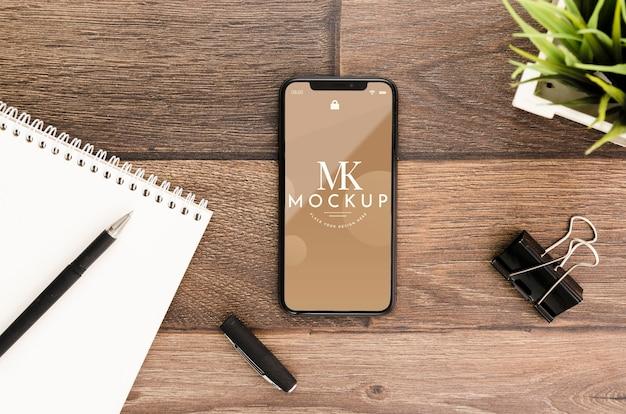 Maquete de smartphone plana com bloco de notas na mesa Psd grátis