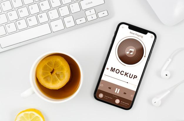 Maquete de smartphone plana com chá na mesa Psd grátis