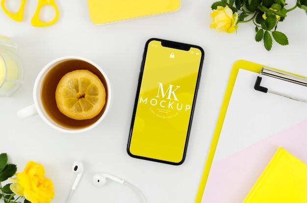 Maquete de smartphone plana com chá Psd grátis