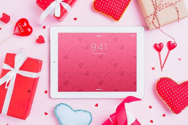 Maquete de tablet com elementos do dia dos namorados Psd grátis