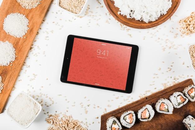 Maquete de tablet com maquete de comida japonesa Psd grátis