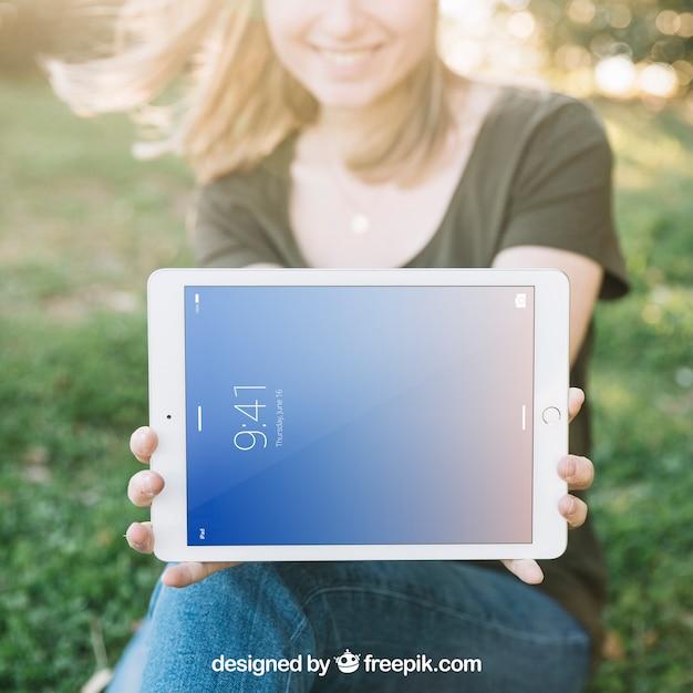 Maquete de tablet com mulher ao ar livre Psd grátis