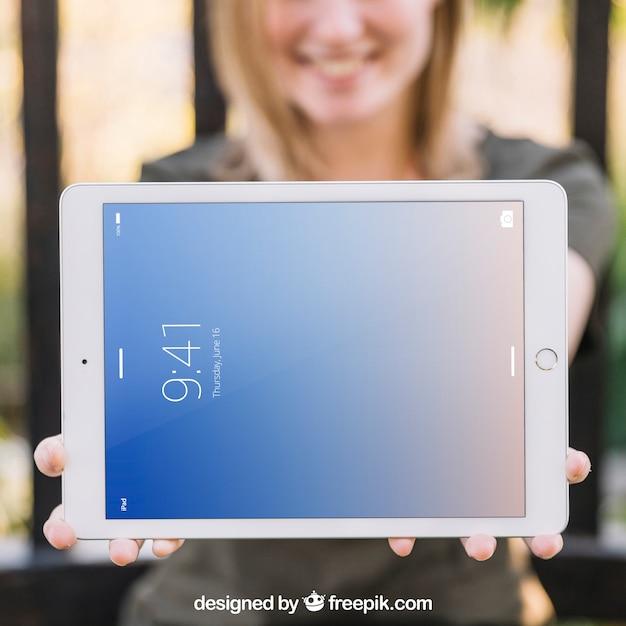 Maquete de tablet com mulher turva Psd grátis