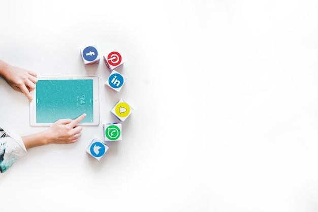 Maquete de tablet com o conceito de rede social Psd grátis