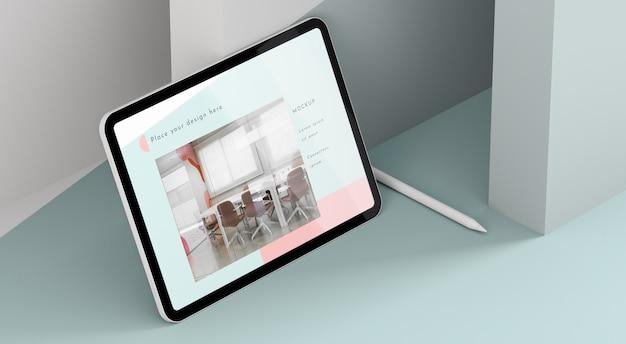 Maquete de tablet moderno de ângulo alto com caneta Psd grátis