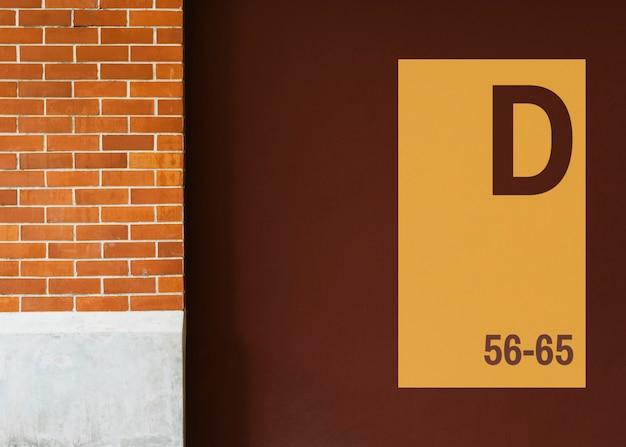 Maquete de tabuleta amarela em uma parede marrom Psd grátis