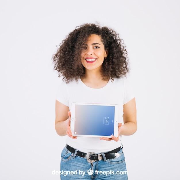 Maquete de tecnologia com mulher apresentando tablet Psd grátis