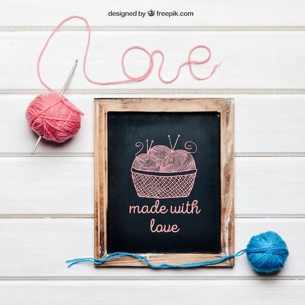 Maquete de tricô e amor com ardósia Psd grátis