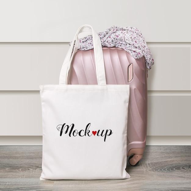 Maquete de uma sacola ecológica de algodão branco com mala de viagem Psd Premium
