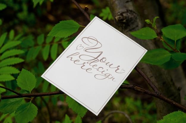 Maquete de verão em branco 5 x 7 no fundo da árvore Psd Premium