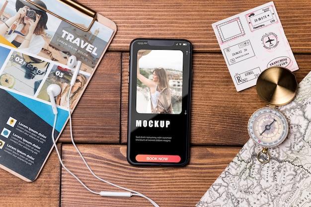 Maquete de viagem com vista superior e telefone celular Psd Premium