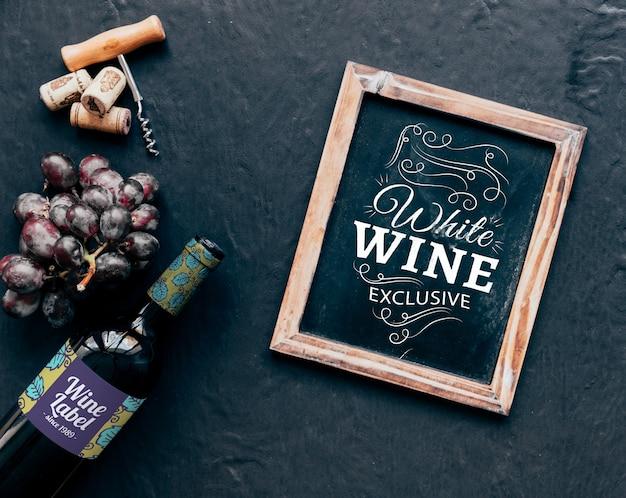 Maquete de vinho com ardósia de cima Psd grátis