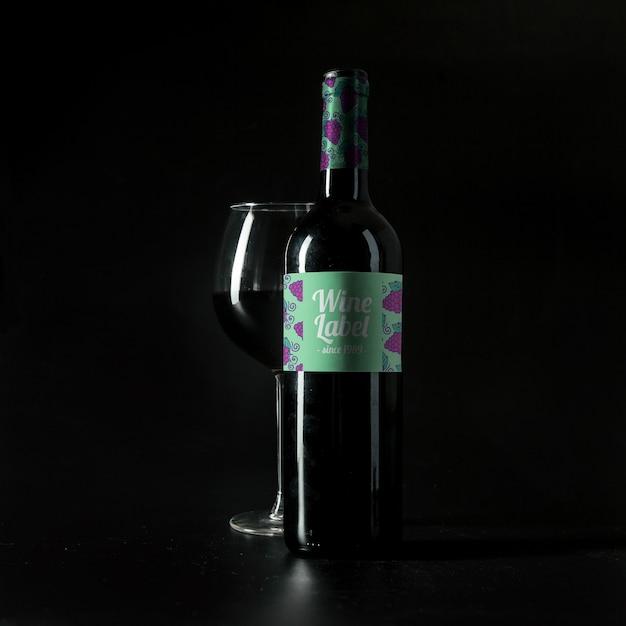 Maquete de vinho com vidro e garrafa Psd grátis
