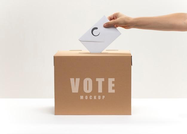 Maquete de voto com envelope e urna Psd grátis