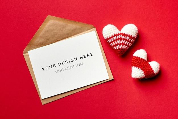 Maquete do cartão de dia dos namorados com envelope e corações de malha Psd Premium