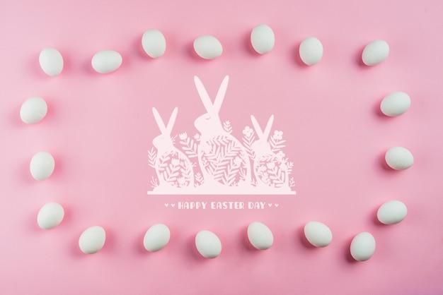 Maquete do dia de páscoa com ovos e coelhos Psd grátis