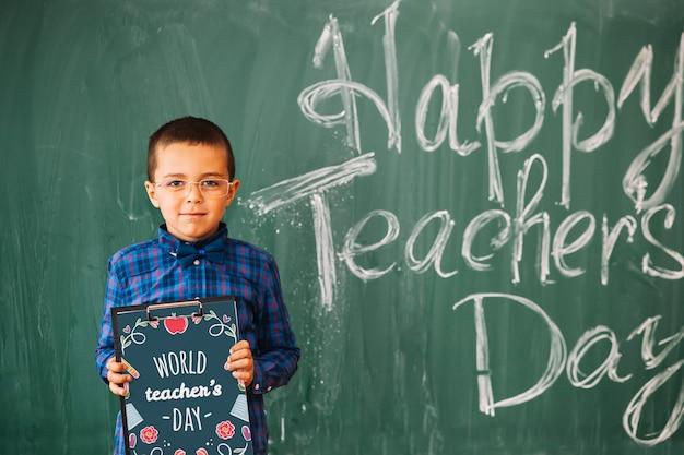 Maquete do dia do professor do mundo com prancheta de exploração de criança Psd grátis