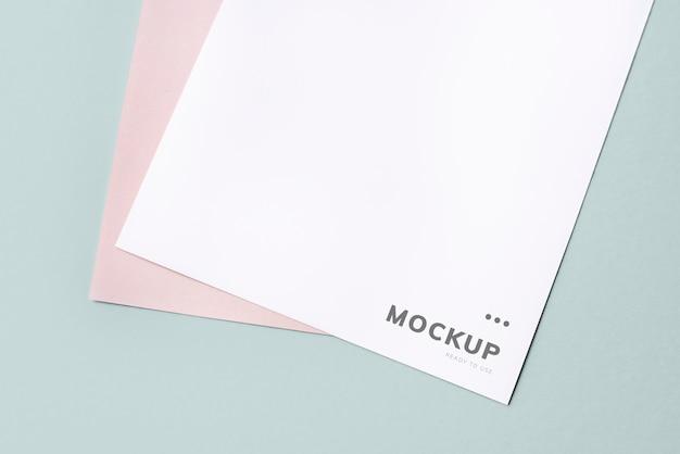 Maquete do documento em um fundo liso Psd grátis