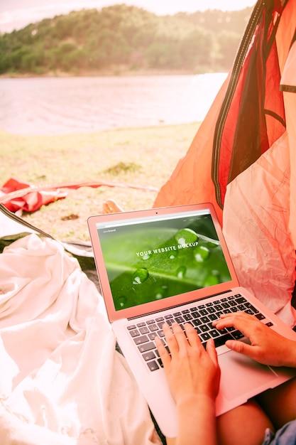 Maquete do laptop com camping no conceito de natureza Psd grátis