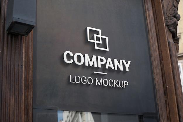 Maquete do logotipo 3d na superfície externa escura. branding, promoção de design de logotipo Psd Premium