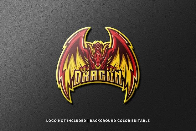 Maquete do logotipo da mascote do esporte 3d realista na parede preta Psd Premium