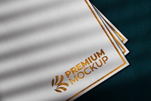 Maquete do logotipo de ouro de luxo em papel branco Psd Premium