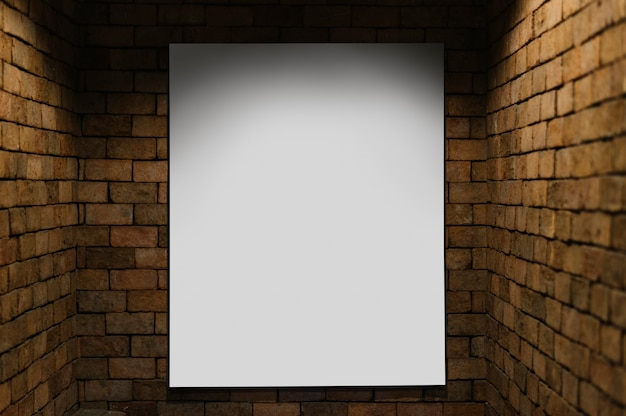 Maquete do projetor contra uma parede de tijolos Psd grátis
