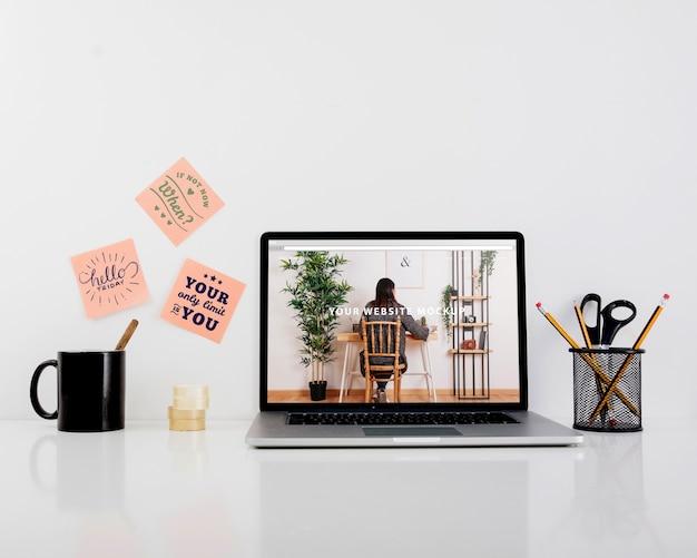 Maquete do site com o laptop na mesa Psd grátis