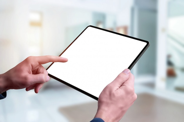 Maquete do tablet nas mãos. tela de toque da mão esquerda. fechar-se Psd Premium