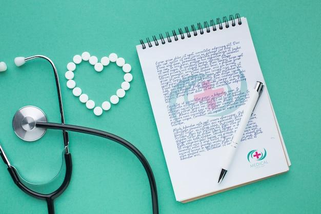 Maquete médica de bloco de notas e estetoscópio Psd grátis