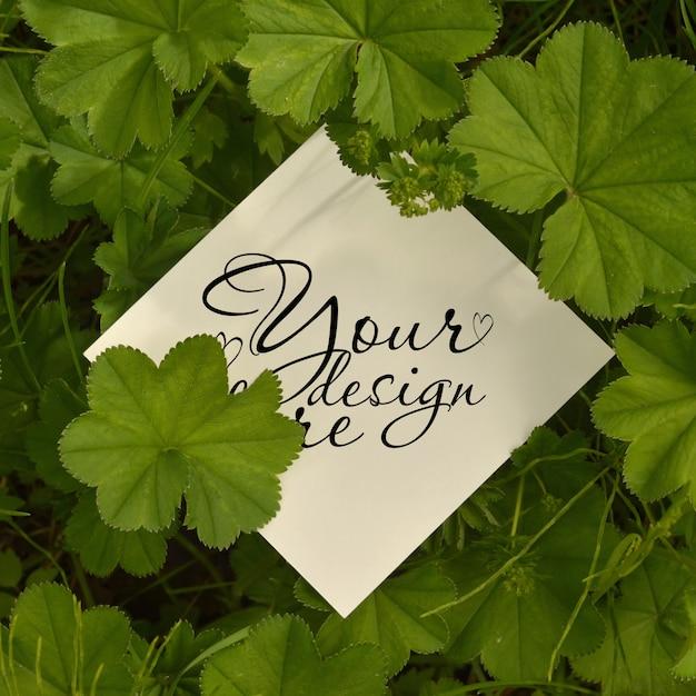 Maquete quadrada de folhas com cartão de papel. em branco para cartão de publicidade ou convite Psd Premium