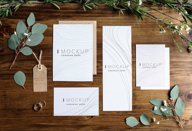 Maquetes de design de negócios estacionárias em uma mesa de madeira Psd Premium