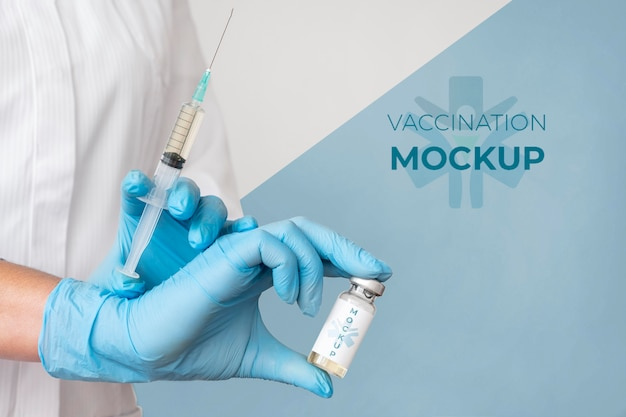 Médica segurando a vacina Psd grátis