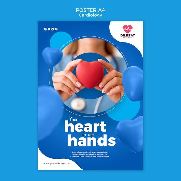 Médico segurando um coração de brinquedo nas mãos modelo de pôster Psd grátis