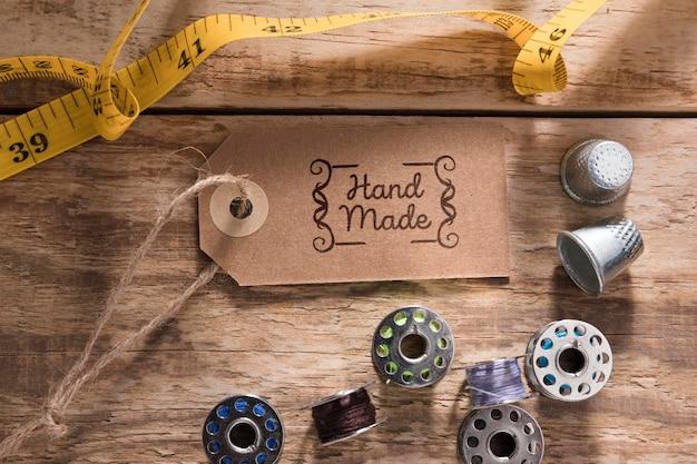 Medidor de costura plana leigos na mesa de madeira Psd grátis
