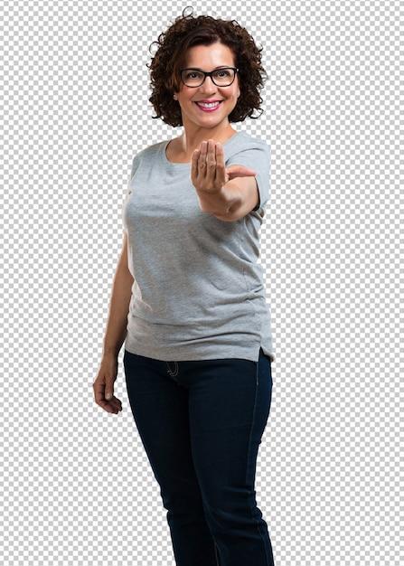 Meio envelhecida mulher convidando para vir, confiante e sorridente, fazendo um gesto com a mão, sendo positivo e amigável Psd Premium