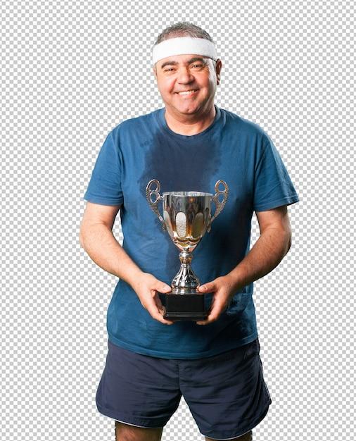 Meio envelhecido homem segurando um troféu Psd Premium
