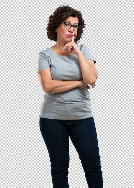 Meio envelhecido mulher duvidando e confuso, pensando em uma idéia ou preocupado com algo Psd Premium