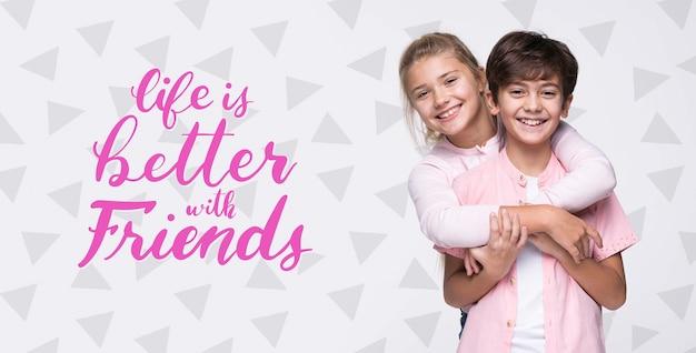 Melhor com amigos maquete de menino e menina Psd Premium
