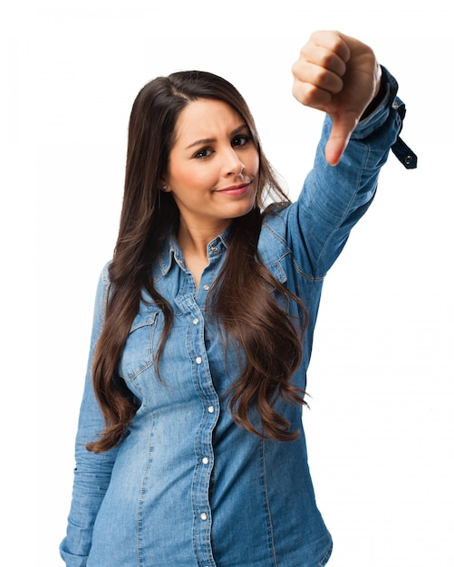 Menina confusa que mostra o polegar para baixo Psd grátis