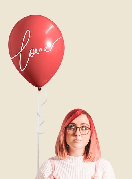 Menina de cabelos rosa com um balão Psd grátis
