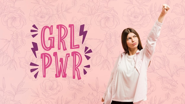 Menina de tiro médio posando com fundo rosa Psd grátis