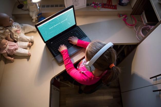 Menina jovem, usando computador portátil Psd grátis