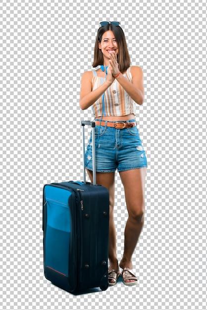 Menina viajando com sua mala sorrindo e aplaudindo Psd Premium