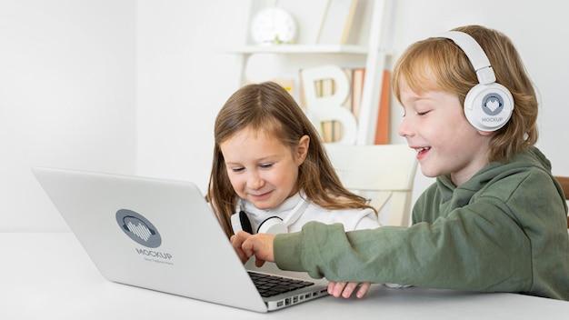 Meninas em casa usando laptop Psd grátis