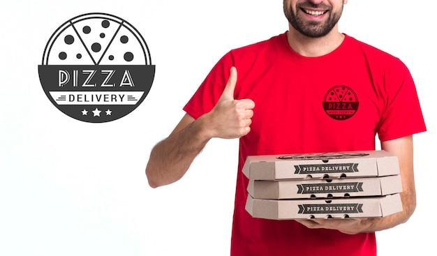 Menino de pizza courier segurando caixas e polegares Psd grátis