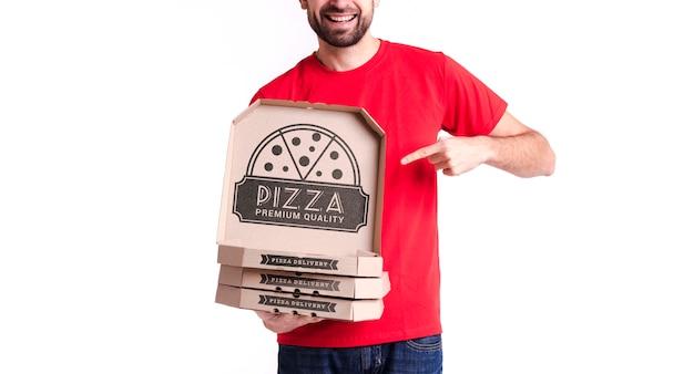Menino de pizza courier segurando caixas para entrega Psd grátis