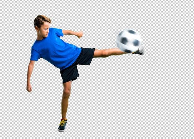 Menino jogando futebol chutando a bola Psd Premium