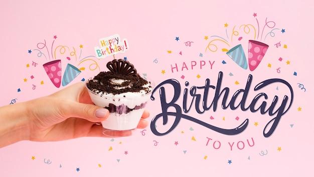 Mensagem de feliz aniversário ao lado do bolo Psd grátis